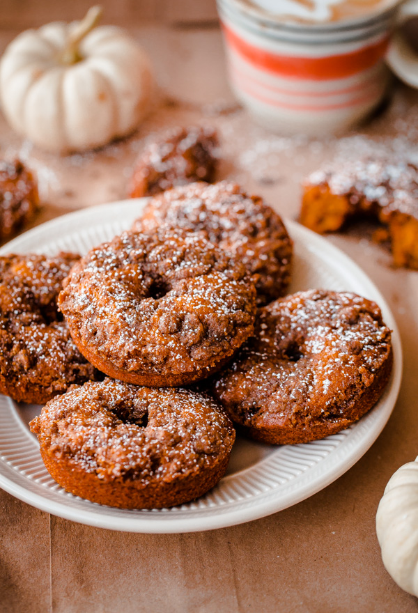 baked-pumpkin-doughnuts-with-cardamom-crumble-1-13